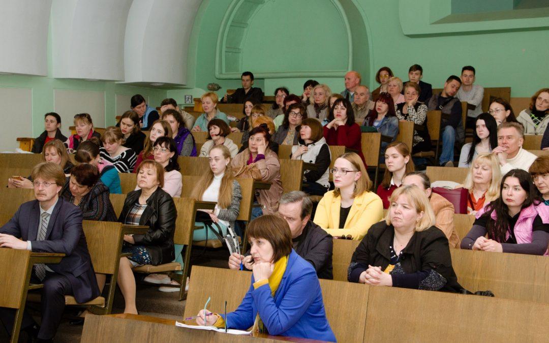 У Дніпрі провели громадські слухання щодо присвоєння імені сенатора Джона Маккейна Бібліотеці української діаспори